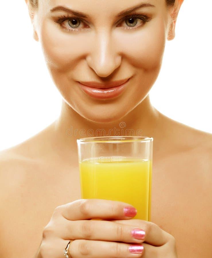 Mädchen, das Orangensaft trinkt lizenzfreie stockbilder