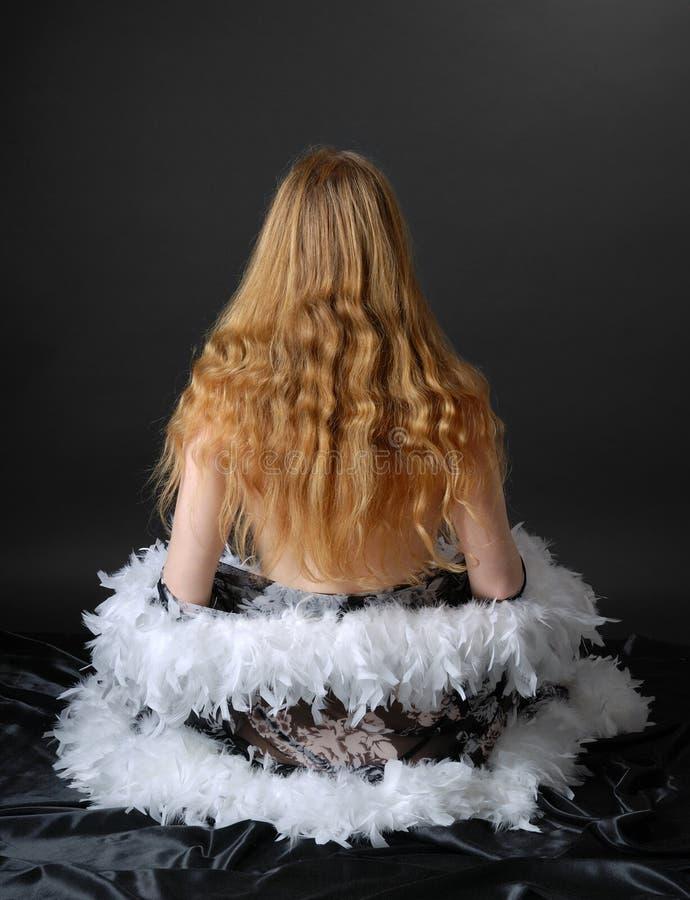 Mädchen, das peignoir, hintere Ansicht entfernt lizenzfreies stockbild