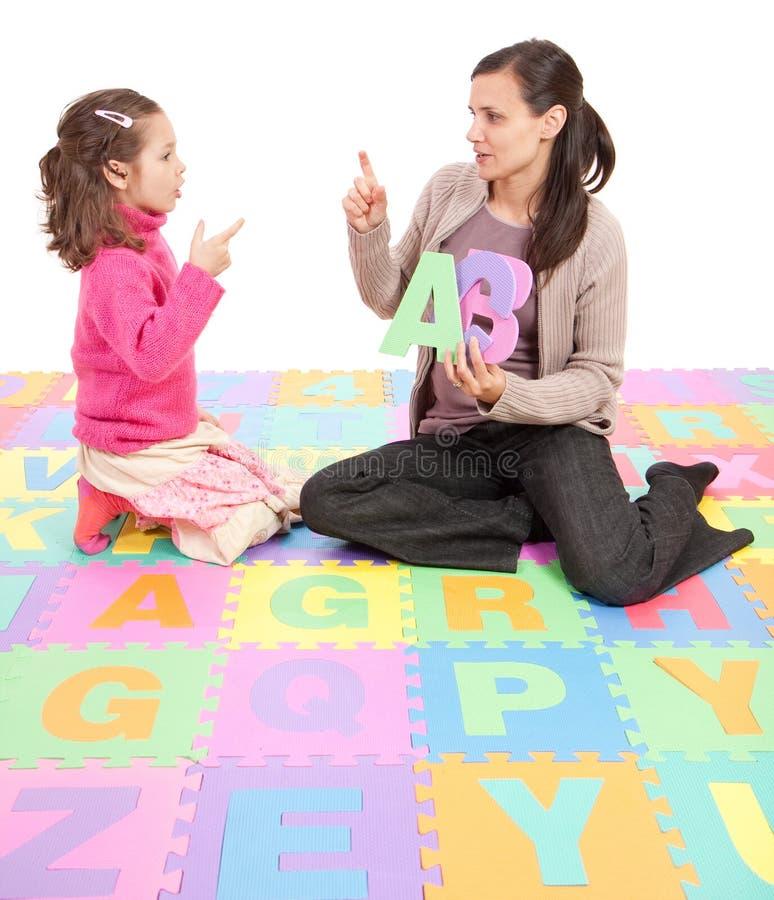 Mädchen, das Phonikalphabet-ABC erlernt stockbild