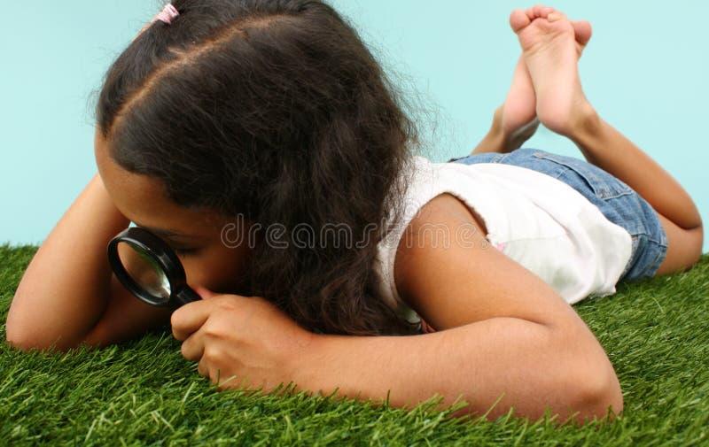 Mädchen, das Programmfehler betrachtet lizenzfreie stockfotos