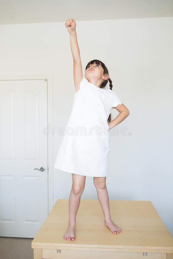 Mädchen, das prtending ist, um zu fliegen stockbild