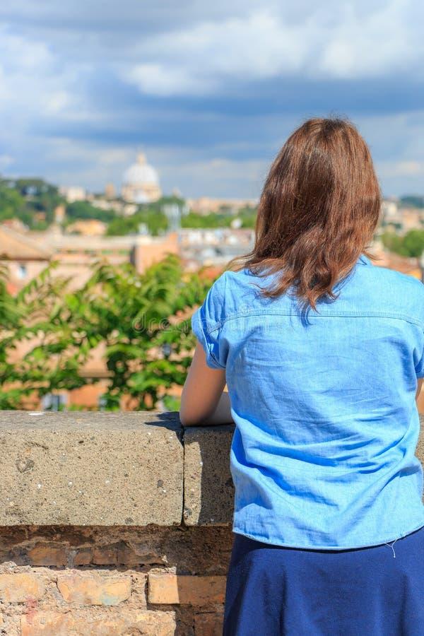 Mädchen, das Rom von einer Höhe betrachtet stockfoto