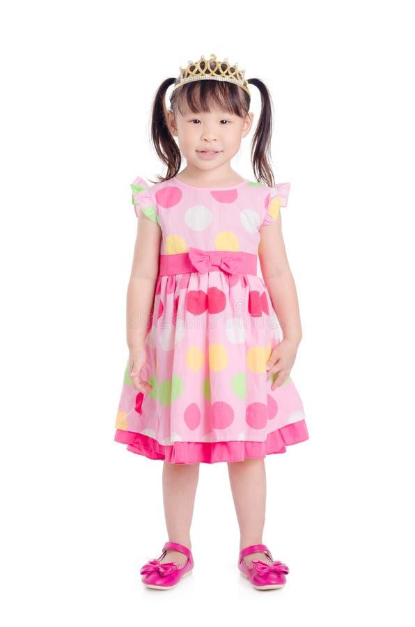 Mädchen, das rosa Farbkleid mit dem Kronenlächeln trägt lizenzfreie stockbilder