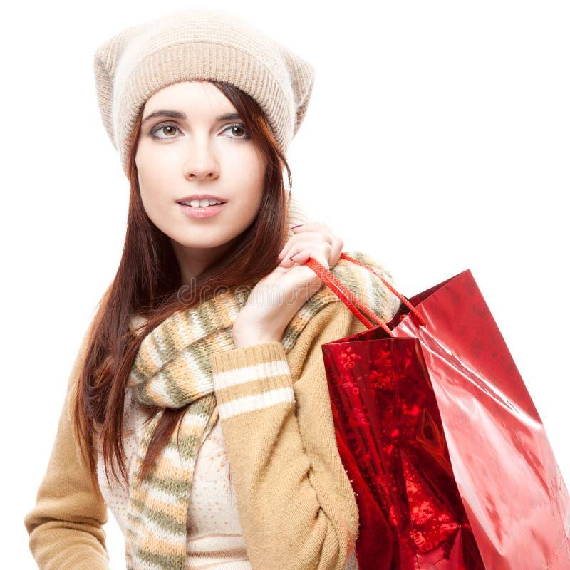 Mädchen, das rote Einkaufstasche anhält lizenzfreie stockbilder