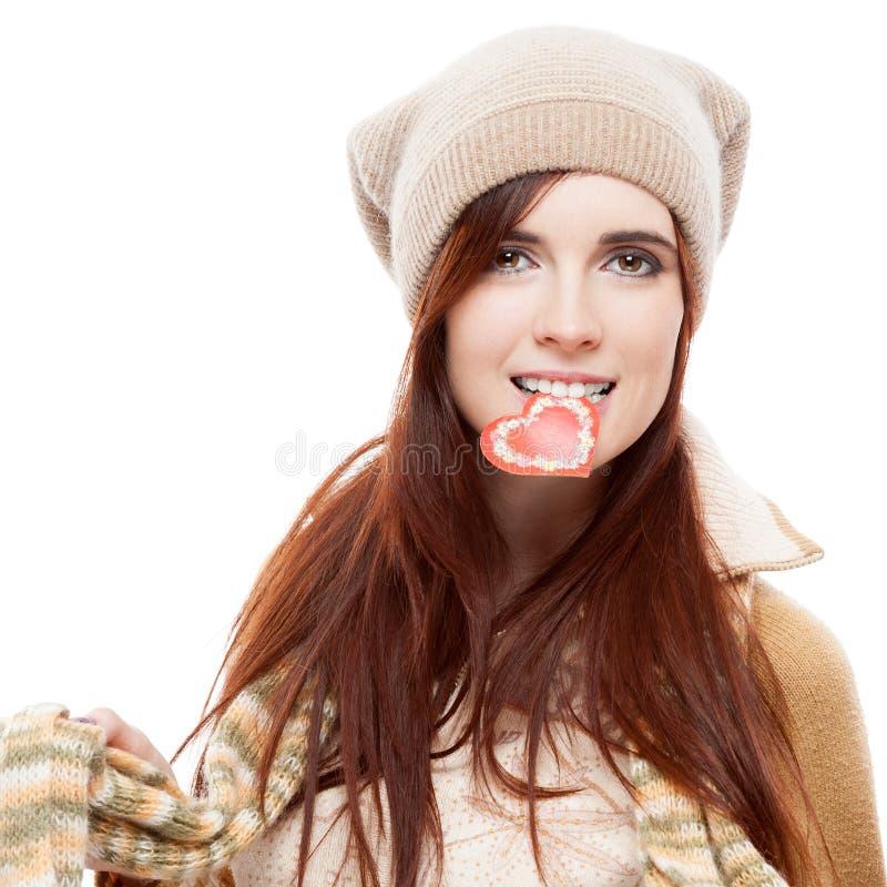 Mädchen, das rotes Papierinneres anhält lizenzfreie stockfotos