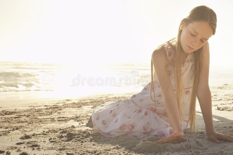 Mädchen, das Sandburg auf Strand macht lizenzfreie stockbilder