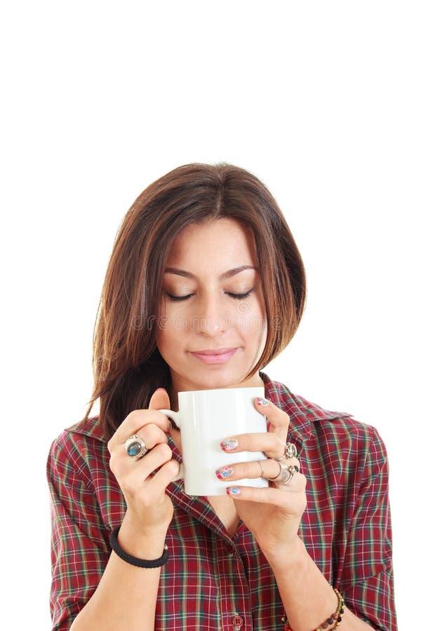Mädchen, das Schalenbecher heißen Getränkkaffee oder -tee hält stockfotos