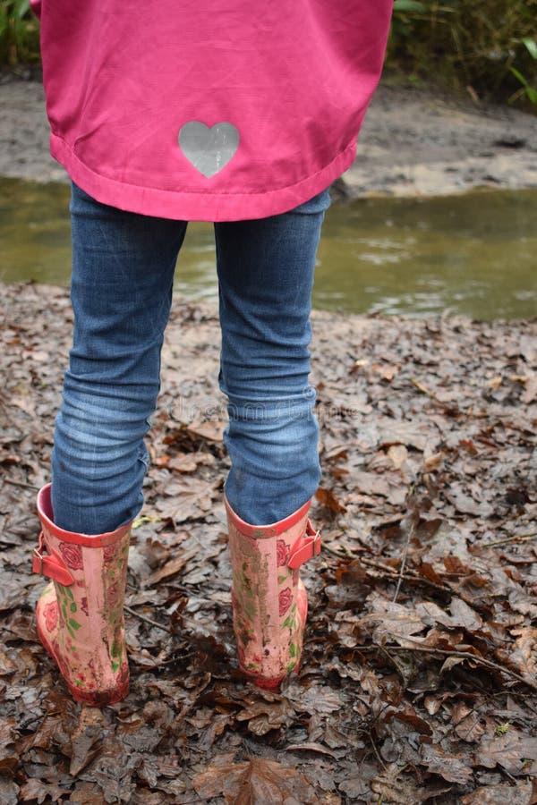 Mädchen, das in schlammige Stiefel geht stockfoto