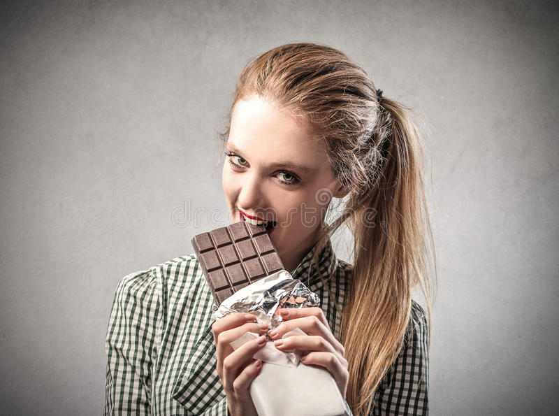 Mädchen, das Schokolade isst stockbilder