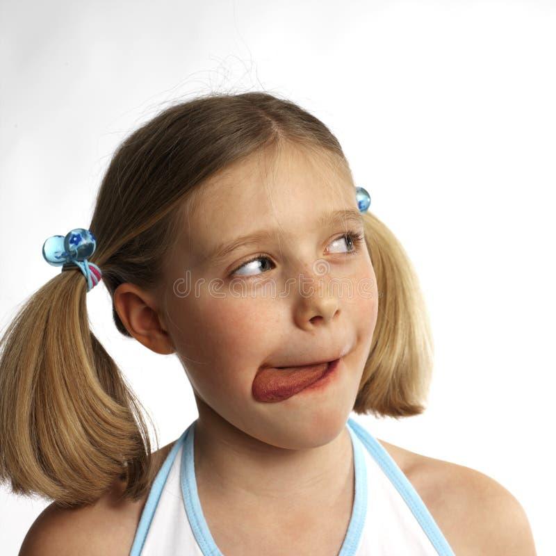 Mädchen, das Schokolade isst stockbild