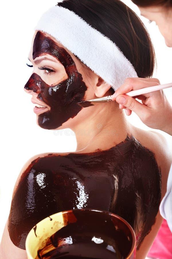 Mädchen, das Schokoladengesichtsbehandlungschablone hat. lizenzfreie stockfotografie