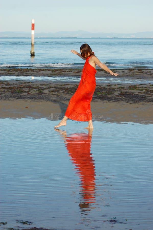 Mädchen, das in seichtes Wasser geht stockbilder