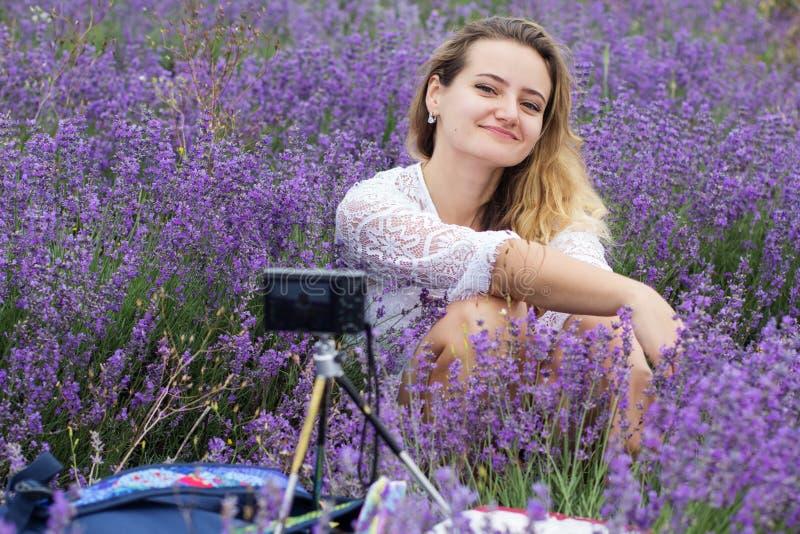 Mädchen, das selfie am purpurroten Lavendelfeld nimmt lizenzfreie stockfotos