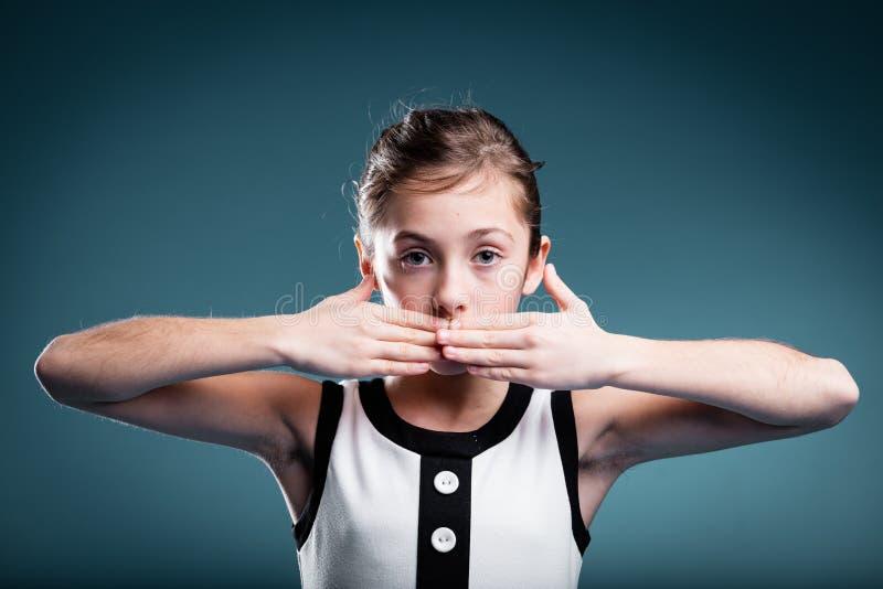 Mädchen, das sich verhindert, um zu sprechen stockfotografie
