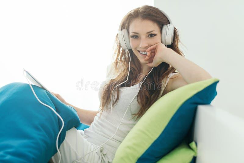 Mädchen, das sich zu Hause entspannt stockfoto