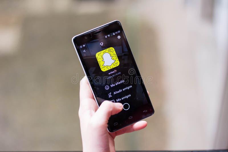 Mädchen, das Snapchat verwendet stockfotos