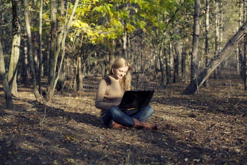 Mädchen, das Spaß in der Natur hat lizenzfreies stockbild