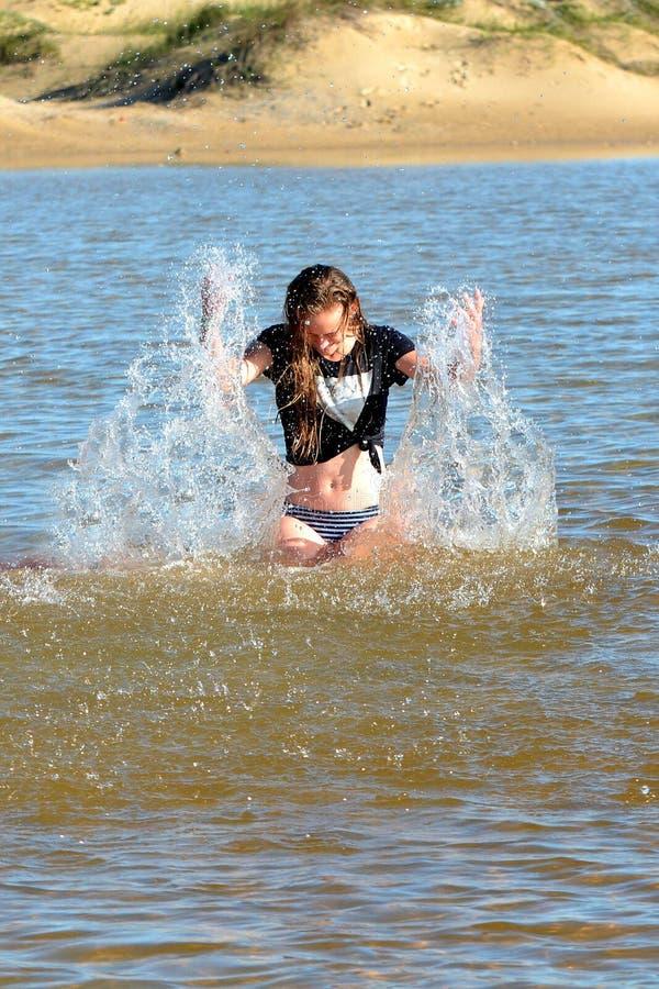 Mädchen, das Spaß im Wasser hat lizenzfreie stockbilder