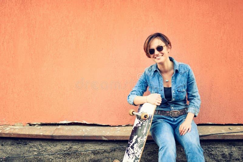 Mädchen, das Spaß mit Skateboard und longboard lächelt und hat Lebensstilkonzept des aktiven modernen Lebens mit guten Leuten stockfotos