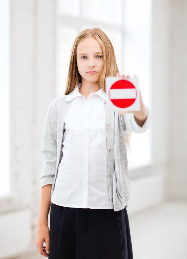 Mädchen, das Stoppschild zeigt stockbild