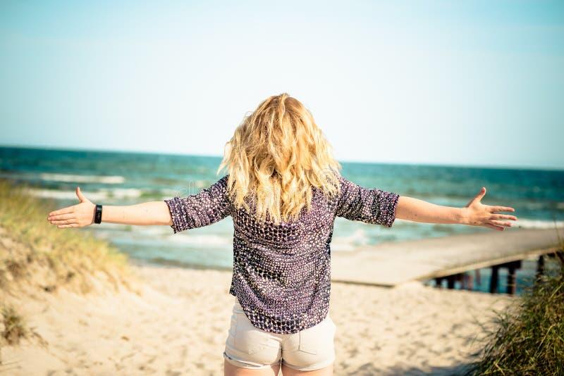 Mädchen, das am Strand sich entspannt lizenzfreies stockbild