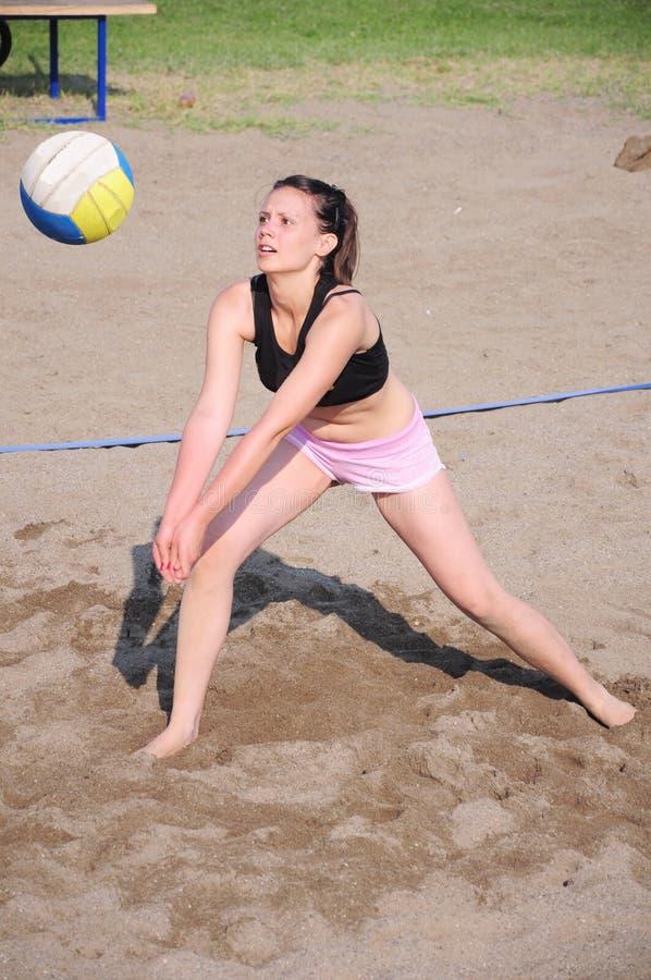 Mädchen, das Strandvolleyball spielt lizenzfreies stockfoto