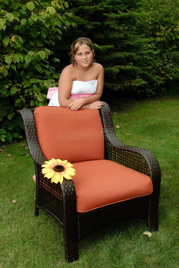 Mädchen, das in The Sun sich entspannt lizenzfreie stockfotos