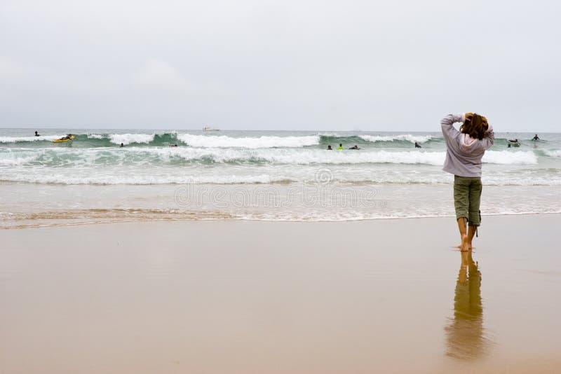 Mädchen, das Surfer betrachtet stockfotografie
