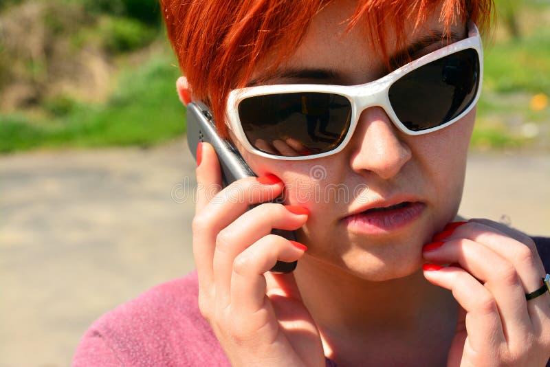Mädchen, das am Telefon spricht lizenzfreies stockfoto