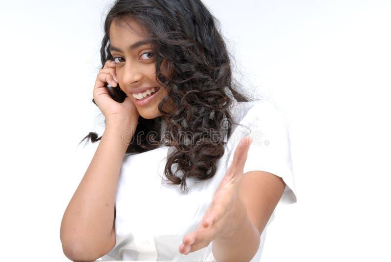 Mädchen, das am Telefon zeigt Hand spricht stockfoto