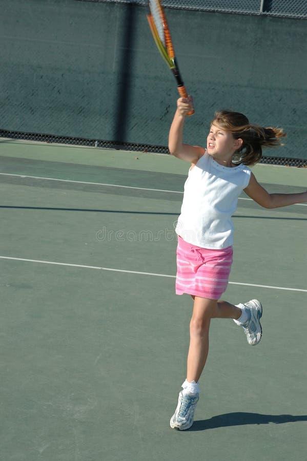 Mädchen, das Tennis 2 spielt lizenzfreie stockfotos