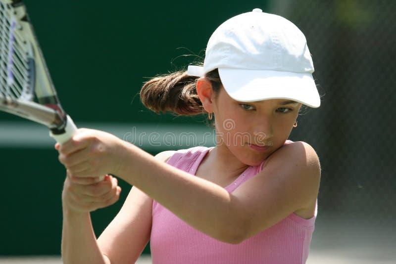 Mädchen, das Tennis spielt lizenzfreies stockbild