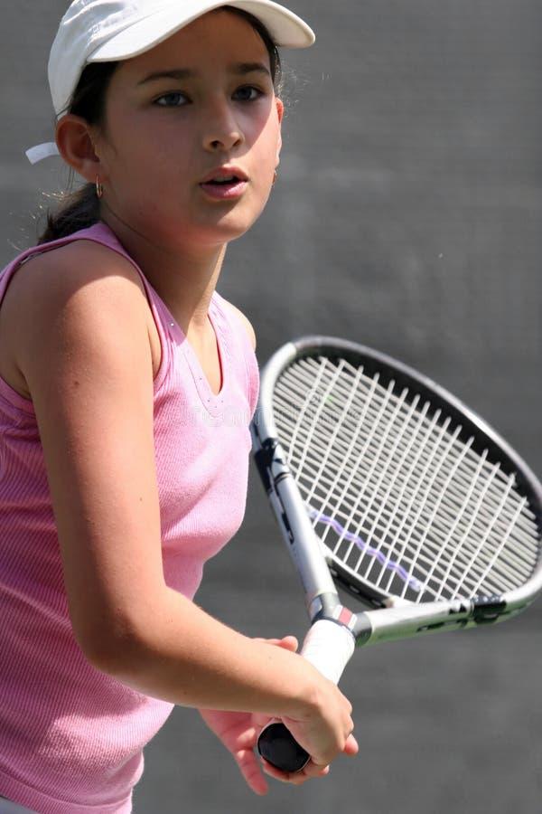 Mädchen, das Tennis spielt lizenzfreie stockbilder