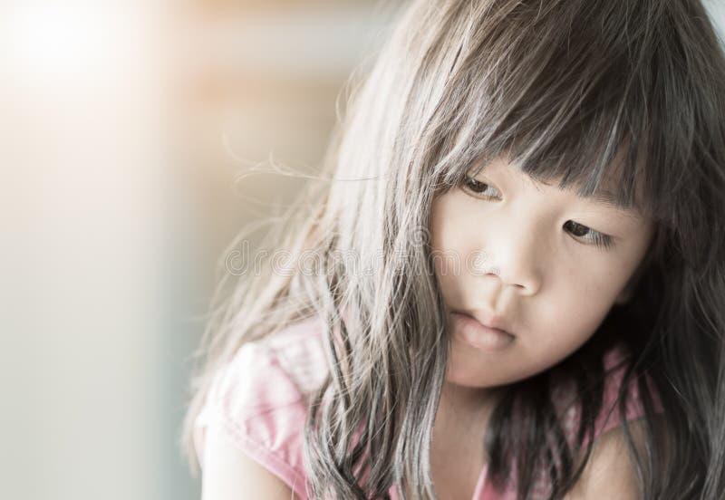 Mädchen, das traurig oder einsam sich fühlt lizenzfreies stockfoto
