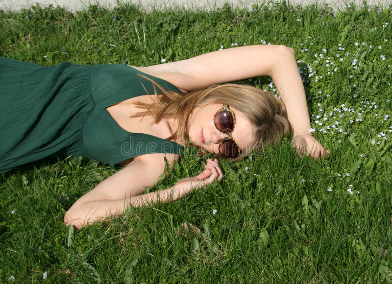 Mädchen, das unter Blumen schläft lizenzfreies stockfoto