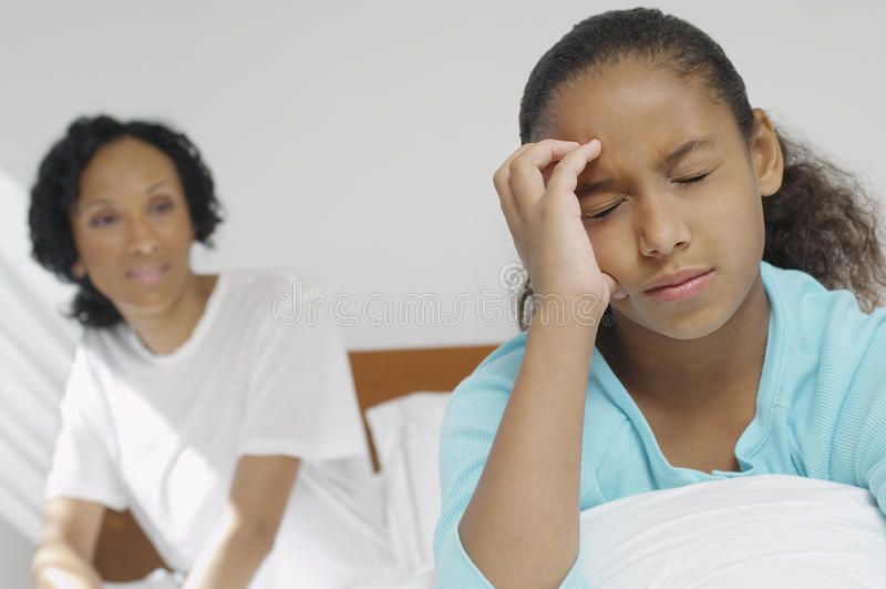 Mädchen, das unter schweren Kopfschmerzen leidet lizenzfreies stockfoto