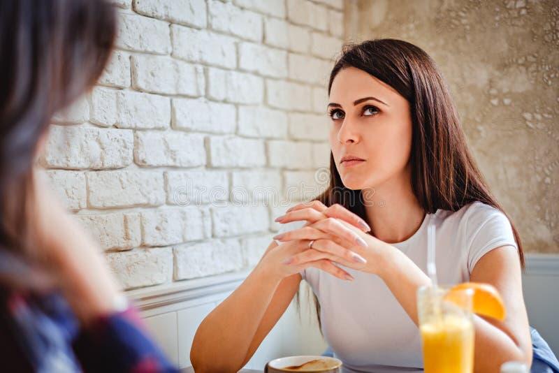 Mädchen, das versucht, sich an etwas am Café zu erinnern stockfoto