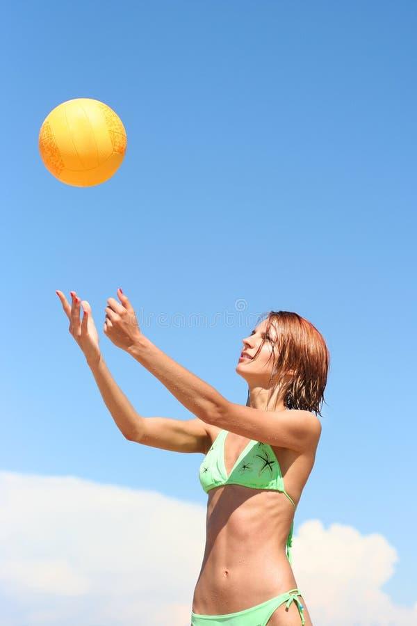 Mädchen, das Volleyball spielt stockbild