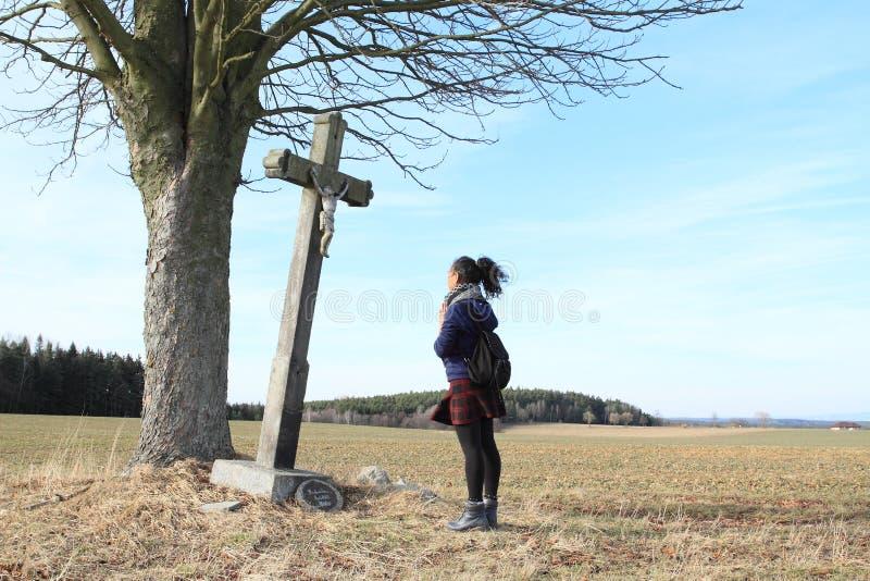 Mädchen, das vor Kalvarienberg betet lizenzfreie stockfotos