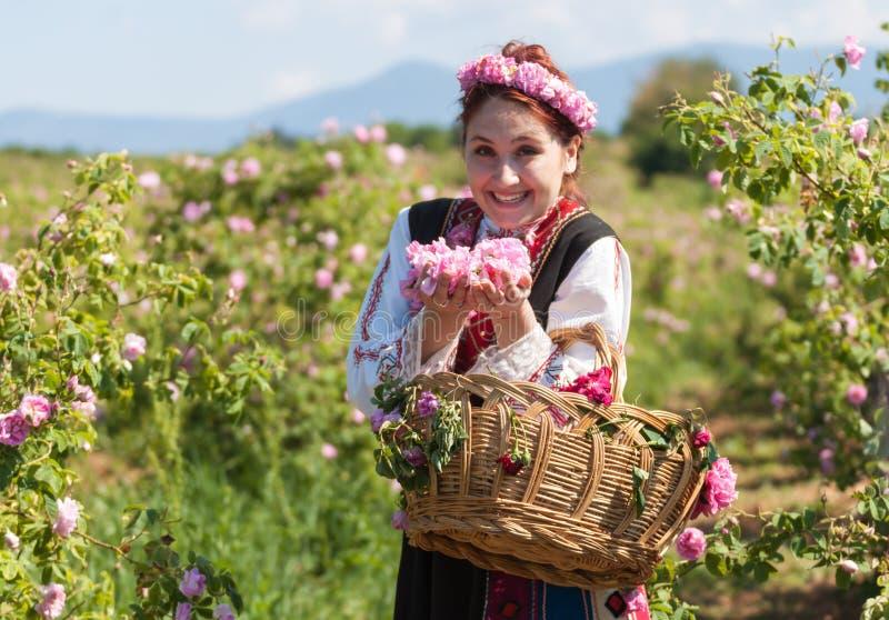Mädchen, das während des Rosen-Sammelnfestivals in Bulgarien aufwirft lizenzfreies stockbild