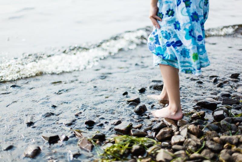 Mädchen, das in Wasser geht stockbilder