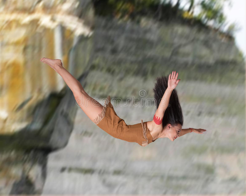 Mädchen, das weg von einer Klippe taucht stockfotos