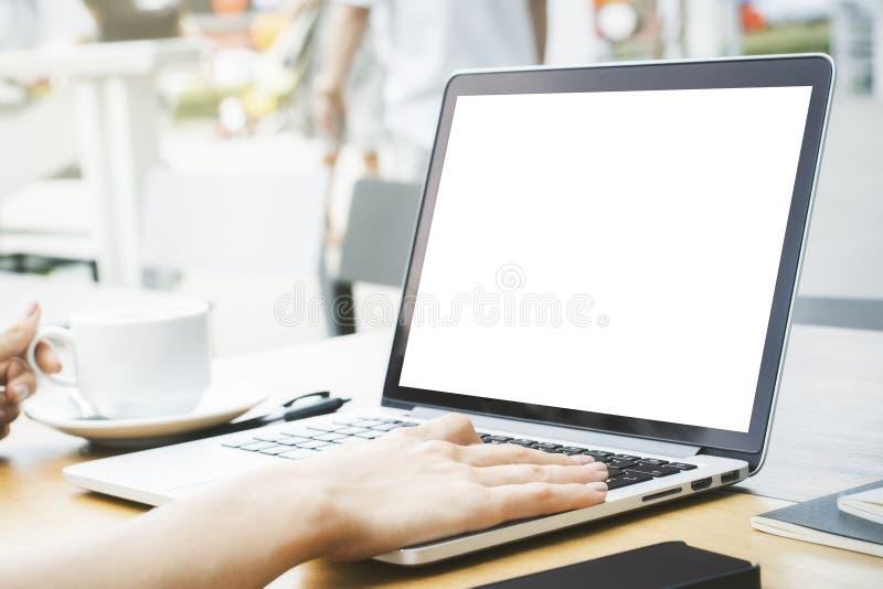 Mädchen, das weißen Laptop verwendet stockfotografie