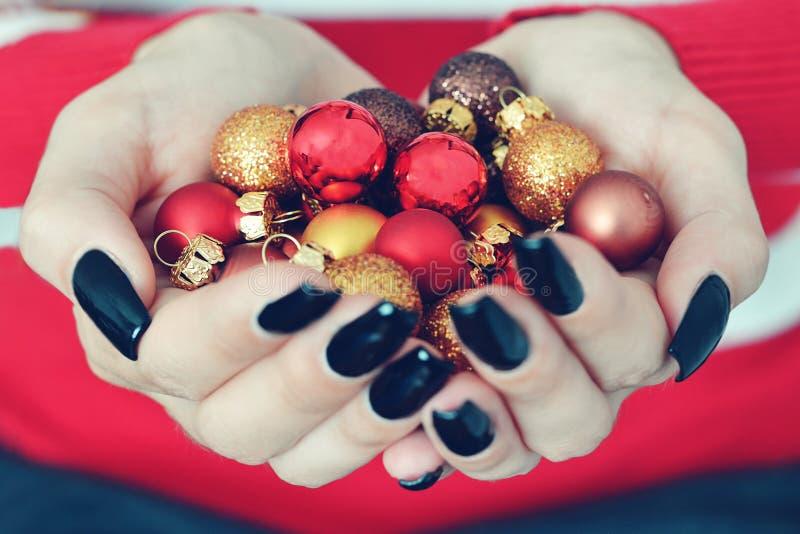 Mädchen, das Weihnachtsbälle hält lizenzfreies stockfoto