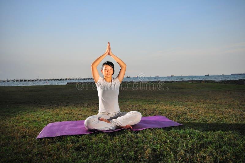 Mädchen, das Yoga - 5 durchführt lizenzfreies stockbild