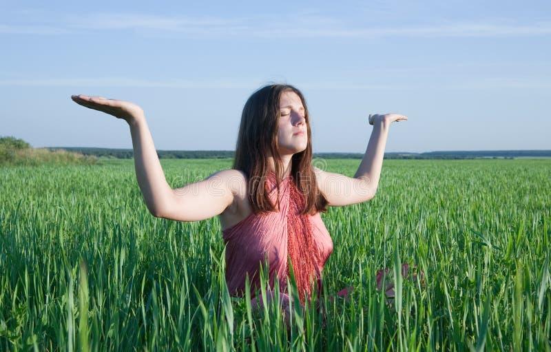 Mädchen, das Yoga gegen Natur tut stockbilder