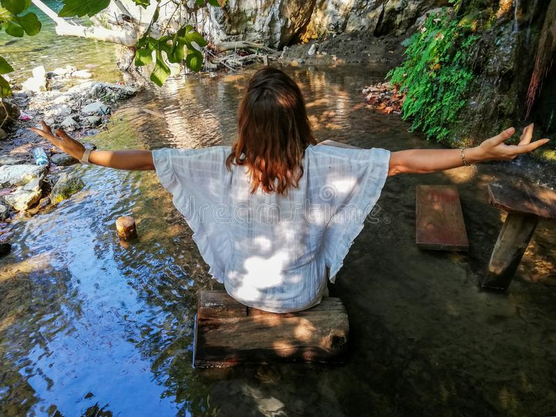 Mädchen, das Yoga im Meer tut stockbild