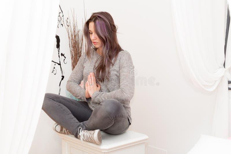 Mädchen, das Yoga tut lizenzfreie stockfotografie