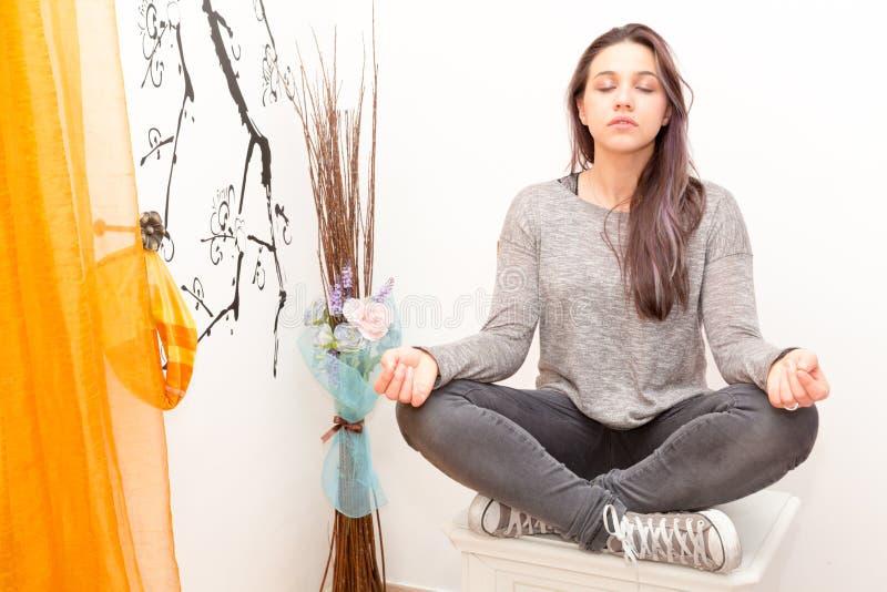 Mädchen, das Yoga tut stockbild