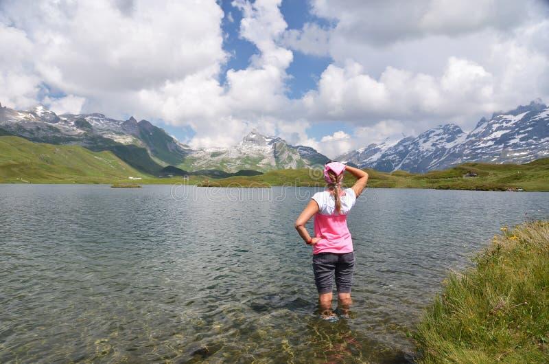 Mädchen, das zu den Bergen, die Schweiz schaut lizenzfreie stockfotos